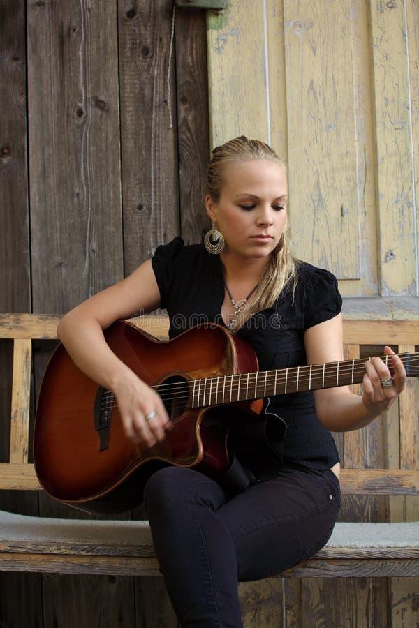 Jogador de guitarra acústica fotos de stock royalty free