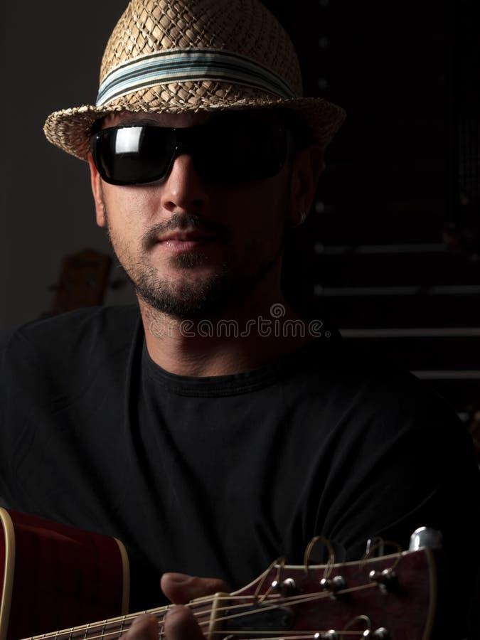 Jogador de guitarra com chapéu fotos de stock