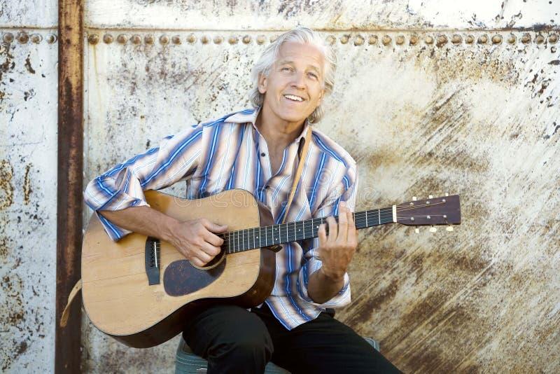 Jogador de guitarra considerável foto de stock royalty free