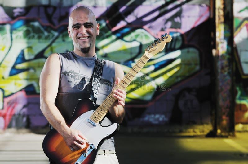 Jogador de guitarra da música ao ar livre fotografia de stock