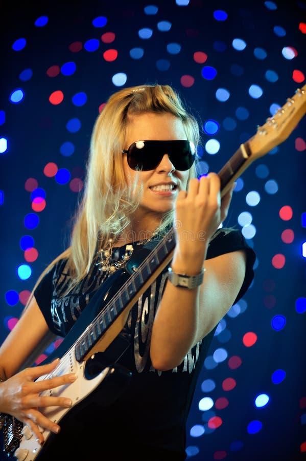 Jogador de guitarra fêmea fotos de stock