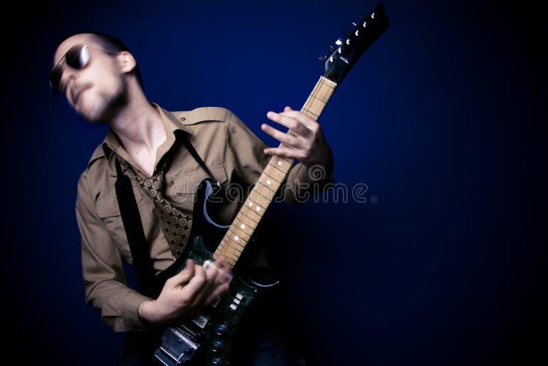 Jogador de guitarra intenso imagem de stock royalty free