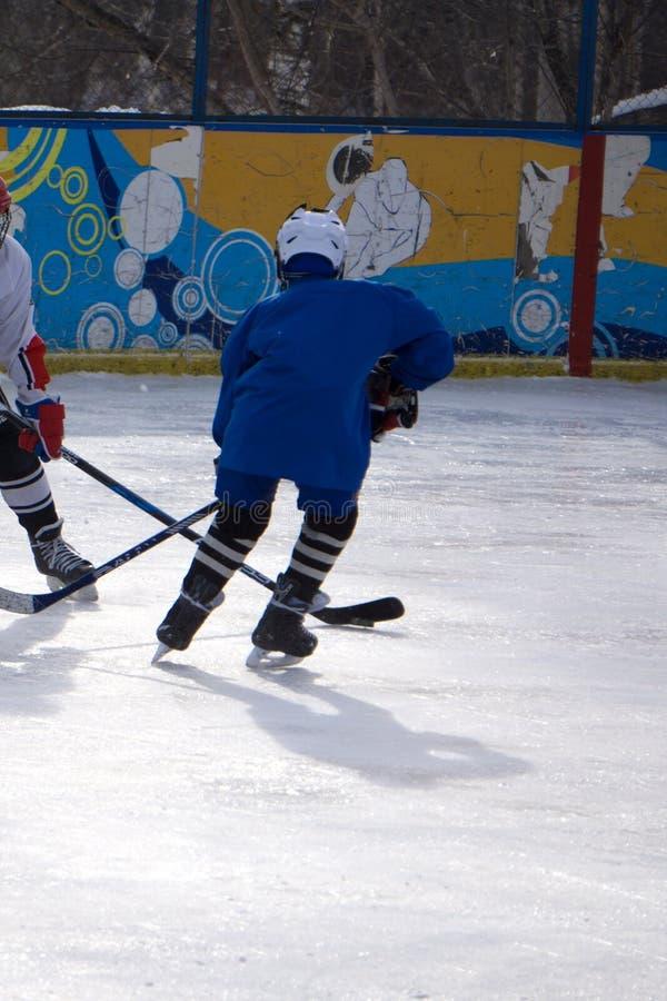 Jogador de hóquei com a vara no gelo fotografia de stock