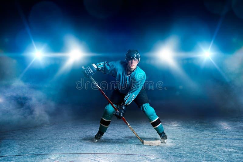 Jogador de hóquei com a vara no gelo, conceito do jogo fotografia de stock royalty free