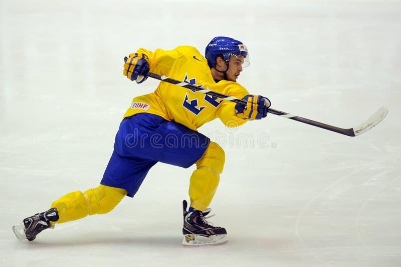 Jogador de hóquei em gelo da Suécia imagens de stock