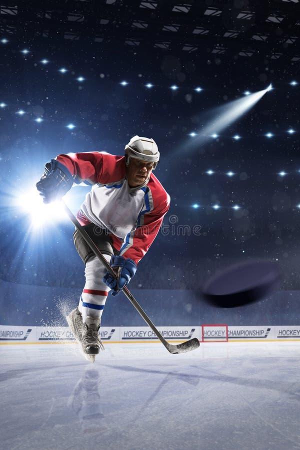 Jogador de hóquei em gelo na arena do gelo fotos de stock