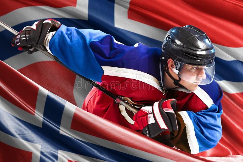 Jogador de hóquei de Noruega na ação em torno das bandeiras nacionais fotos de stock