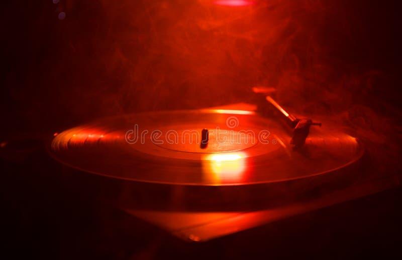 Jogador de registro do vinil da plataforma giratória Equipamento audio retro para o disco-jóquei Tecnologia sadia para que o DJ m fotografia de stock royalty free