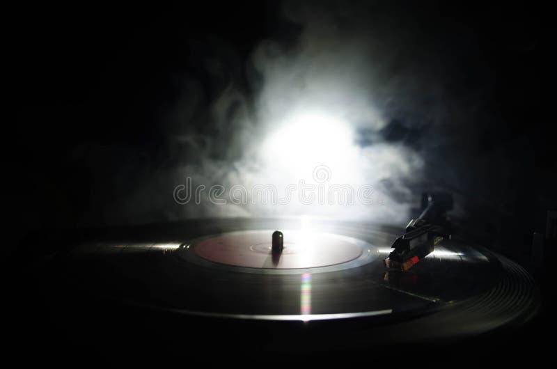 Jogador de registro do vinil da plataforma giratória Equipamento audio retro para o disco-jóquei Tecnologia sadia para que o DJ m imagens de stock