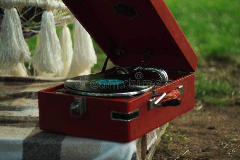 Jogador de registro do vinil da plataforma girat?ria do vintage no fundo da natureza Soco de madeira Equipamento audio retro imagem de stock