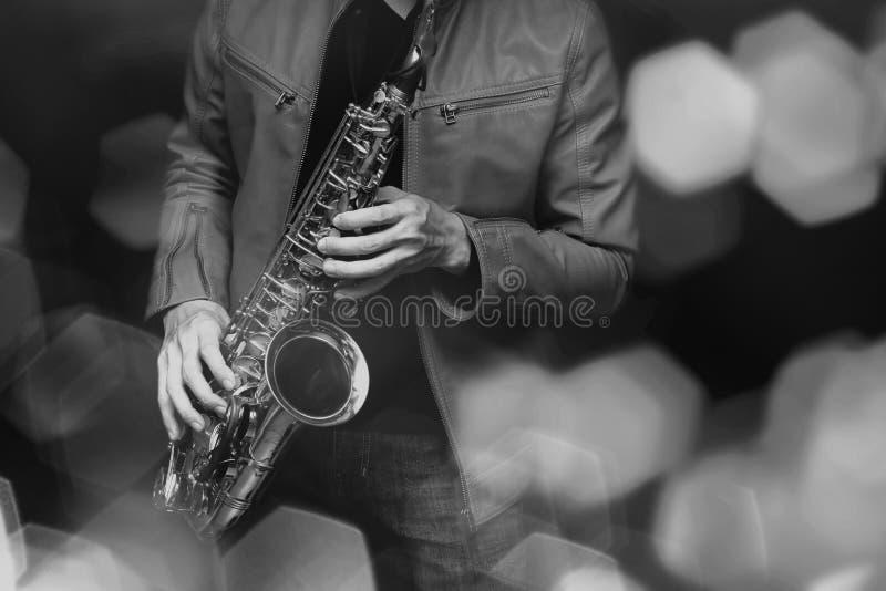Jogador de saxofone do jazz no desempenho na fase Filtro de cor imagens de stock