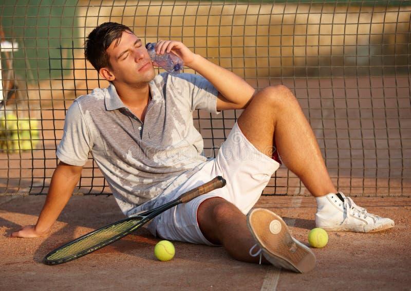 Jogador de ténis esgotado na terra fotografia de stock royalty free