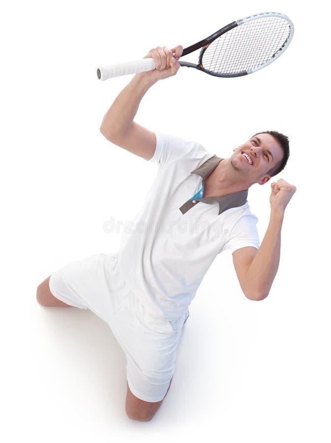 Jogador de ténis feliz que comemora a vitória foto de stock