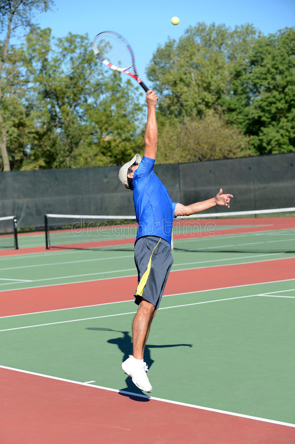 Jogador de ténis maduro durante um fósforo fotografia de stock
