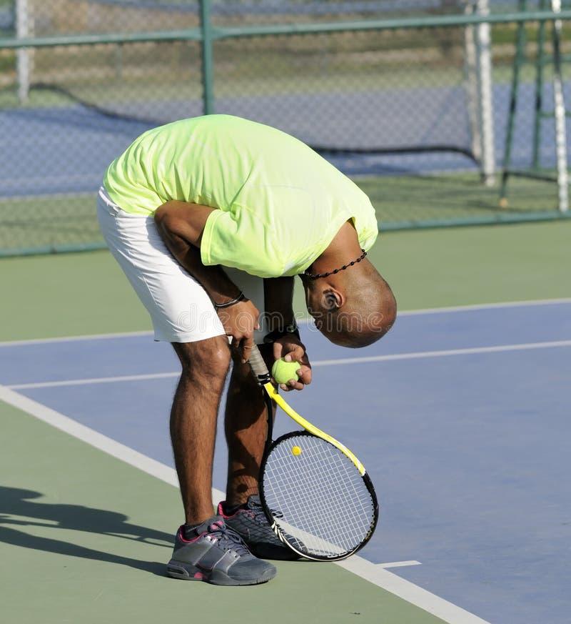 Jogador de ténis perdido no fósforo fotografia de stock royalty free