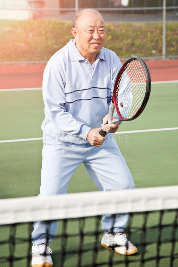 Jogador de ténis sênior imagens de stock royalty free
