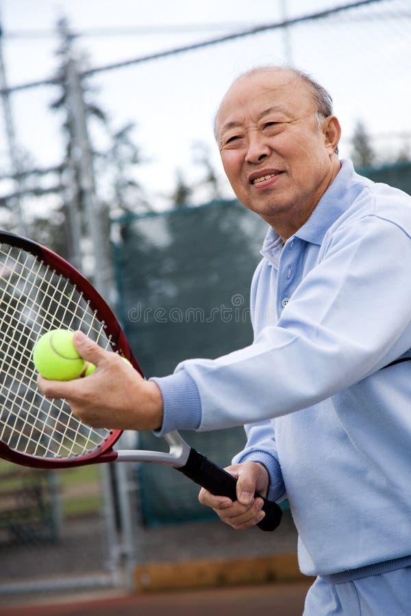Jogador de ténis sênior foto de stock