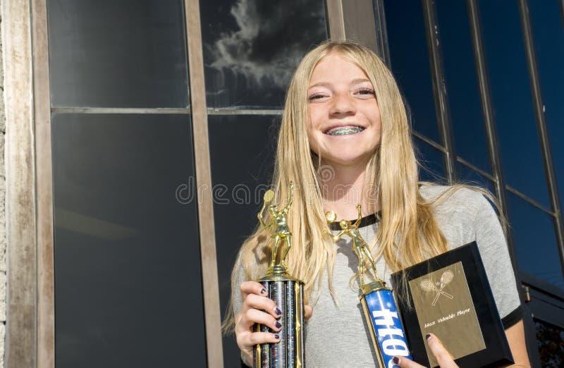 Jogador de tênis adolescente com troféus fotos de stock
