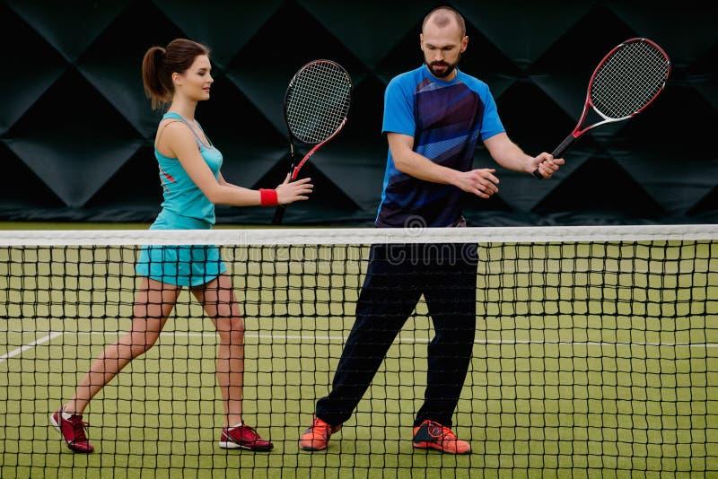 Jogador de tênis da mulher e seu treinador imagens de stock royalty free