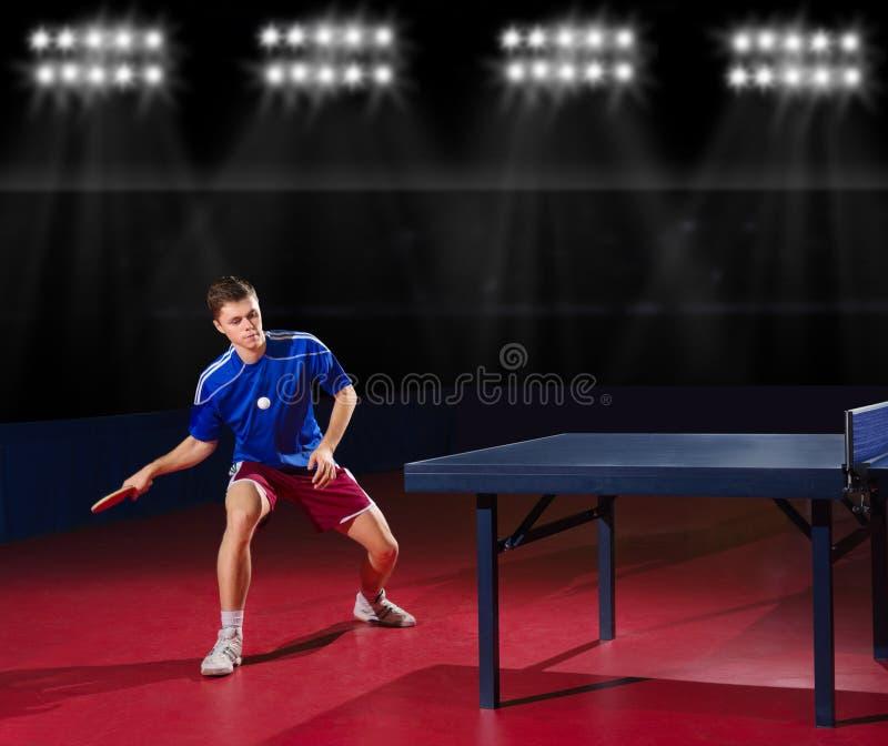 Jogador de tênis de mesa no salão de esportes imagens de stock royalty free