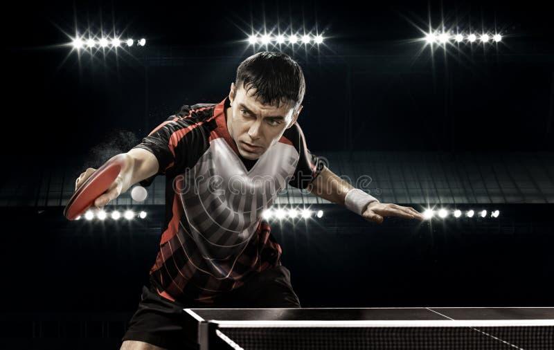 Jogador de tênis do homem dos esportes no fundo preto fotos de stock