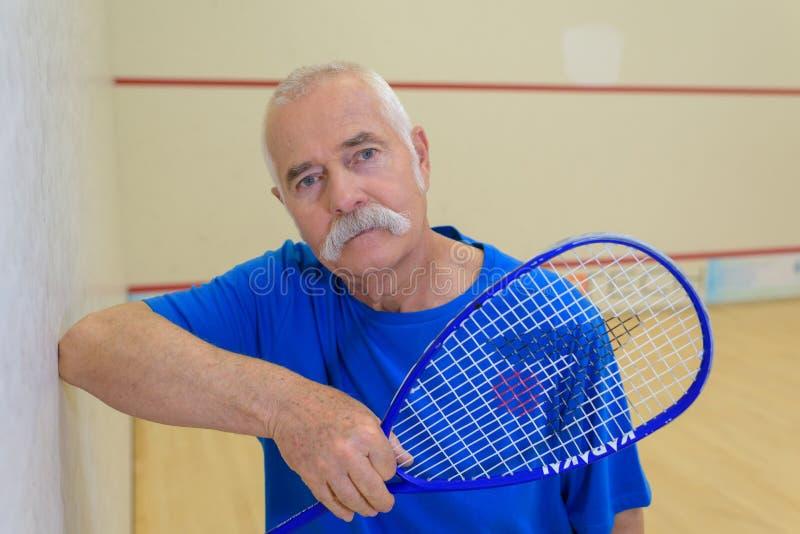 Jogador de tênis do homem superior do retrato fotografia de stock royalty free