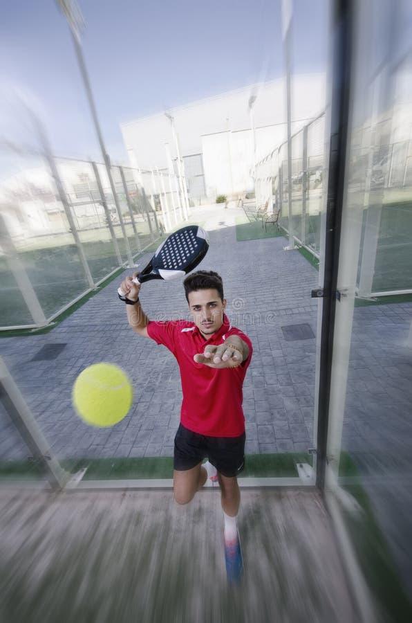 Jogador de tênis e bola da pá fotografia de stock royalty free