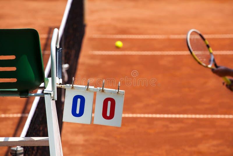 Jogador de tênis em Clay Court com cadeira do árbitro foto de stock