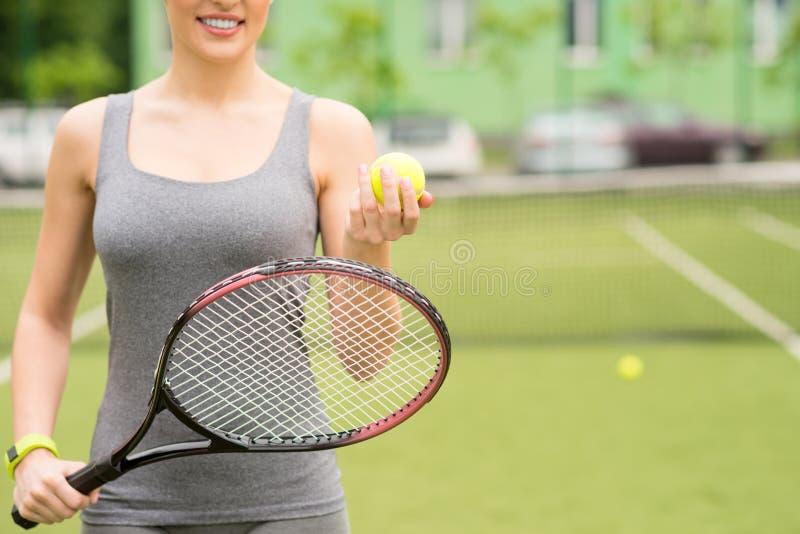 Jogador de tênis fêmea feliz pronto para competir fotografia de stock royalty free