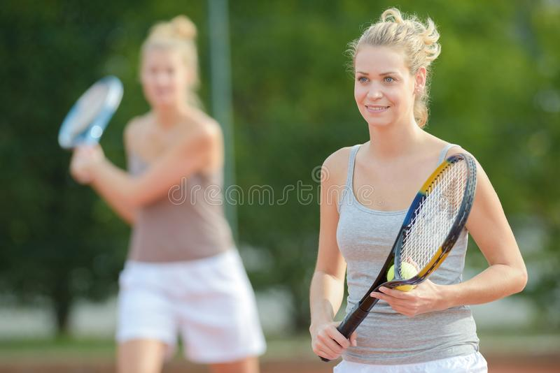Jogador de tênis fêmea profissional de sorriso do positivo do retrato foto de stock