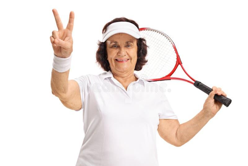 Jogador de tênis idoso que faz um sinal da vitória fotos de stock royalty free