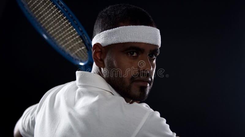 Jogador de tênis masculino com raquete, desportista que prepara-se para o fósforo, estilo de vida ativo imagens de stock