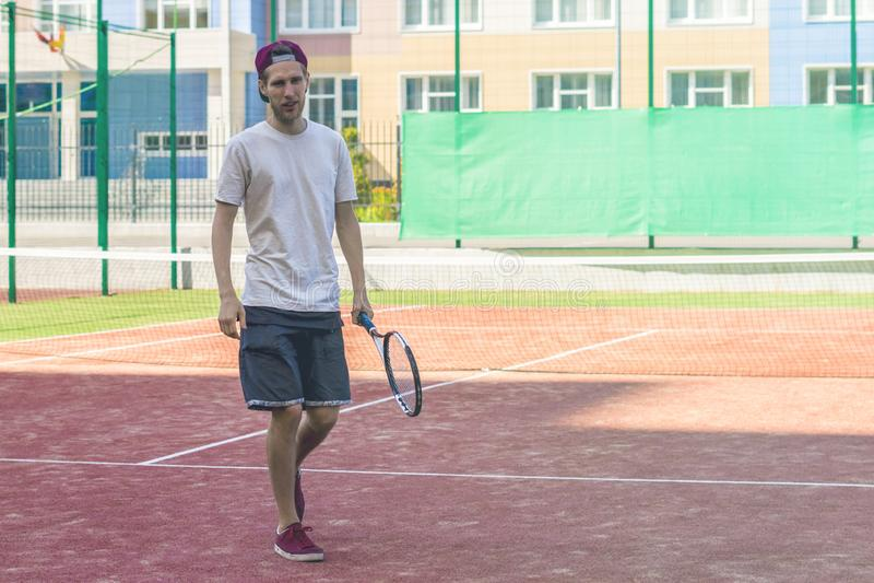 Jogador de tênis masculino do esporte novo na prática do acampamento de verão fotografia de stock royalty free