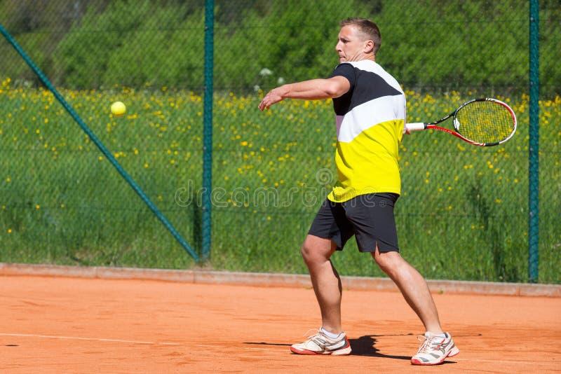 Jogador de tênis na corte da areia fotos de stock royalty free