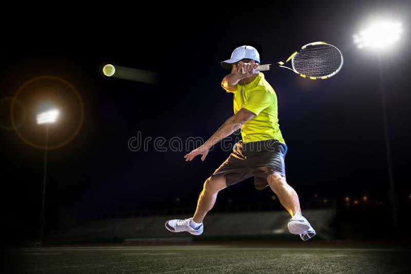 Jogador de tênis na noite fotografia de stock royalty free