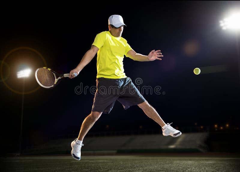 Jogador de tênis na noite foto de stock royalty free