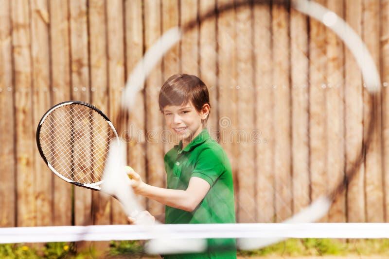 Jogador de tênis novo feliz que prepara-se para servir imagens de stock royalty free
