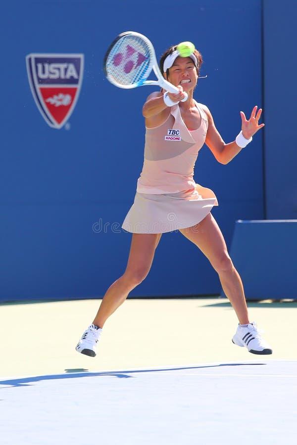 Jogador de tênis profissional Kimiko Date-Krumm durante o primeiro fósforo do círculo no US Open 2014 imagem de stock