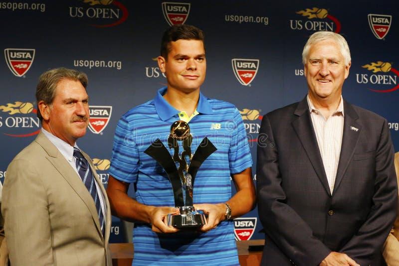 Jogador de tênis profissional Milos Raonic durante a apresentação do troféu de 2014 séries do US Open da linha aérea dos emirados fotografia de stock
