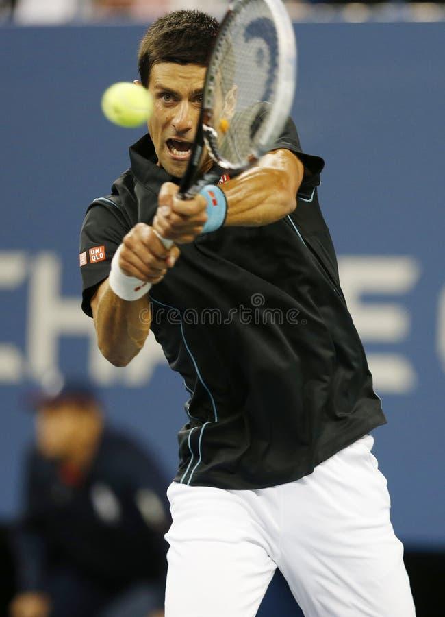 Jogador de tênis profissional Novak Djokovic durante o fósforo do quartos de final no US Open 2013 contra Mikhail Youzhny imagens de stock royalty free