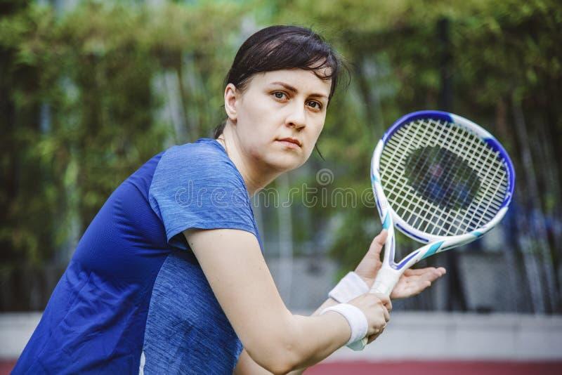 Jogador de tênis pronto para um fósforo imagens de stock