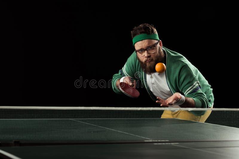 jogador de tênis que joga acima o mandarino na tabela do tênis imagem de stock royalty free