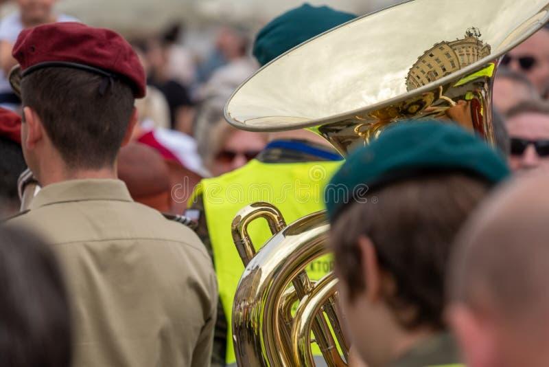 Jogador de trombeta que participa na procissão do Corpus Christi no mercado principal da cidade velha de Krakow, Polônia foto de stock