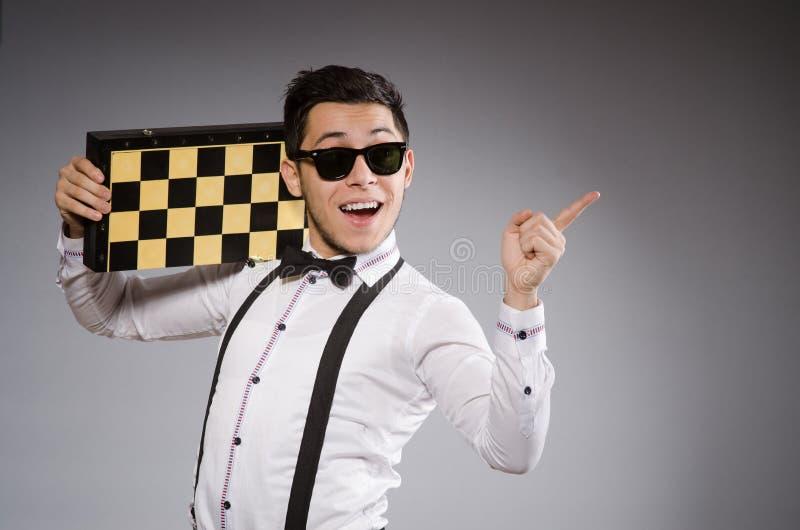 Jogador de xadrez engraçado com placa imagem de stock royalty free