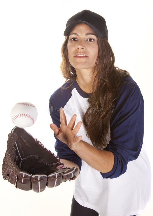 Jogador do basebol ou do softball da mulher que trava uma esfera imagem de stock royalty free