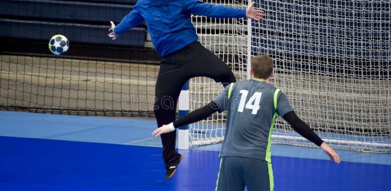 Jogador do handball que tenta dar um objetivo durante um jogo fotografia de stock