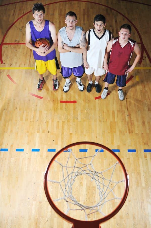 Jogador do jogo de esfera da cesta no salão de esporte imagem de stock