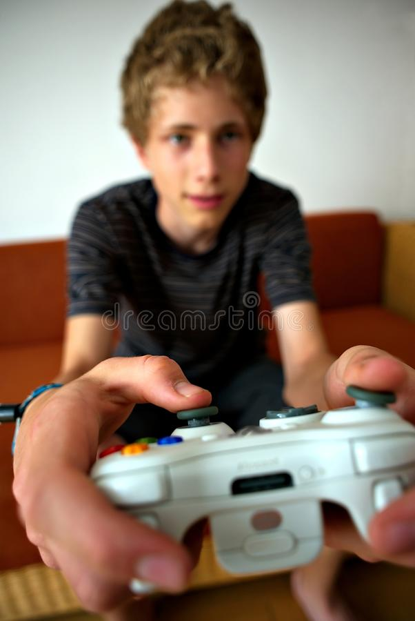Jogador do jogo video focalizado largamente no controlador fotos de stock