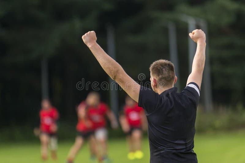 Jogador do rugby que comemora um objetivo em um campo do rugby imagens de stock