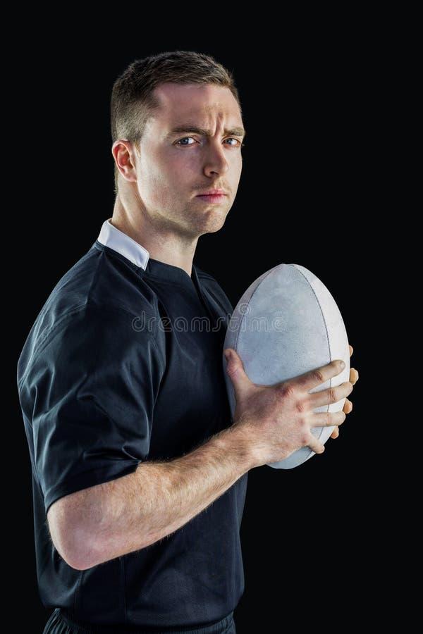 Jogador do rugby que guarda uma bola de rugby imagens de stock